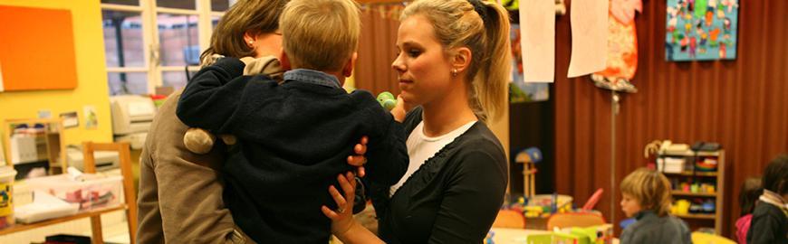 Une institutrice maternelle accueille un parent et son enfant  PROF/FWB/Michel Vanden Eeckhoudt