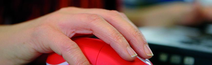 Main qui tient une souris informatique  PROF/FWB/Jean-Michel Clajot