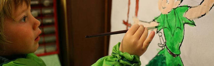 Un élève de maternelle peint  PROF/FWB/Jean-Michel Clajot