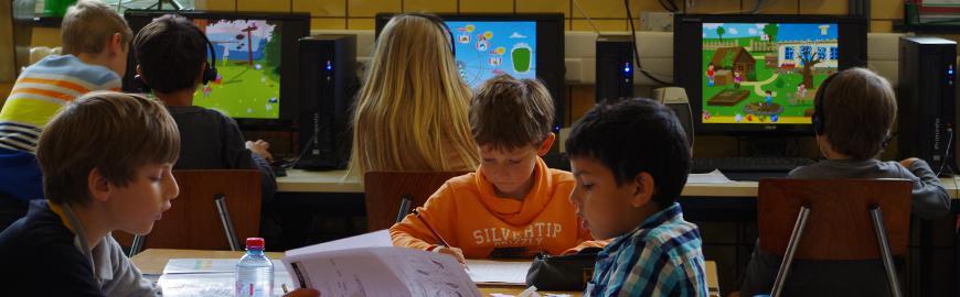 De jeunes élèves travaillent sur écrans.  PROF/FWB