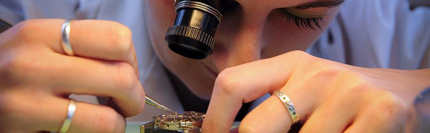 Une étudiante en horlogerie.  PROF/FWB/Jean-Michel Clajot