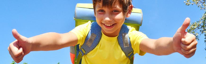 Elève avec sac à dos levant les pouces  Fotolia/Kids 4 pictures
