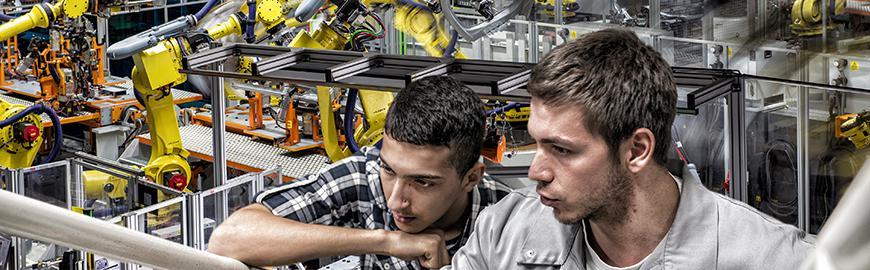 Des élèves dans un atelier de construction automobile.  Audi Brussels