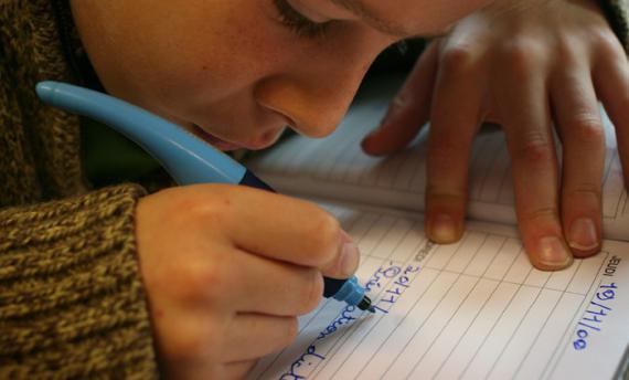 Ce n'est qu'entre 10 et 12 ans qu'un enfant maitrise la tenue et le guidage du crayon ou stylo.