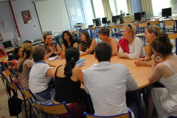 Pour accueillir les enseignants débutants, certaines écoles misent sur des groupes de paroles permettant le partage entre pairs, dans l'école ou à l'extérieur.
