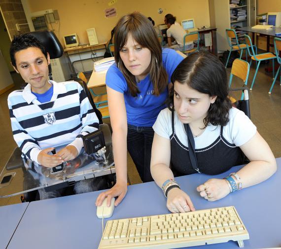 Deux élèves à besoins spécifiques à l'Institut Jean Jaurès à Charleroi.