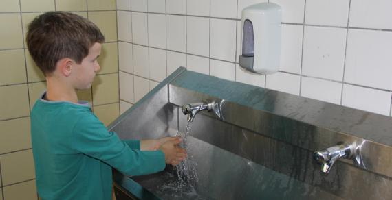 Un subside du Fonds BYX et un coup de pouce financier de l'école ont permis de placer des lavabos en aluminium.