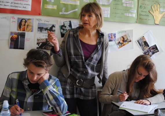 À Basse-Wavre, Mme Warnier aide les élèves à trouver leur méthode.