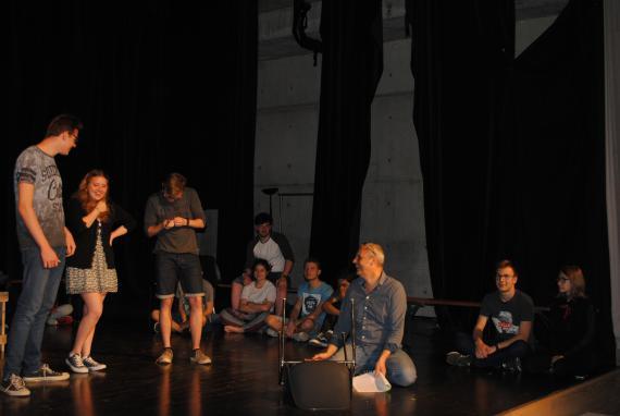 Les élèves ont travaillé leur spectacle sur scène avec l'aide du comédien et metteur en scène Andreas Christou.
