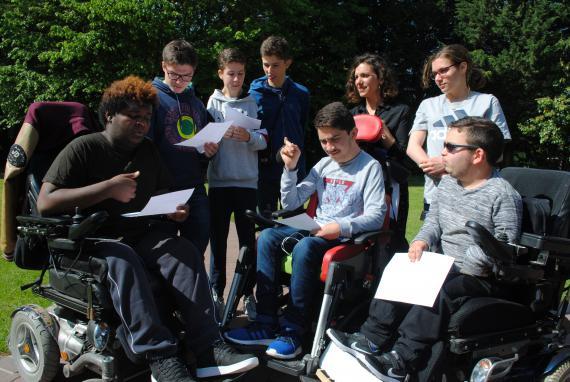 Ces élèves de 3e et 4e de l'École Intégrée ont composé des textes slamés, dont un 31e article de la Déclaration réclamant des facilités d'accès aux lieux de loisirs.