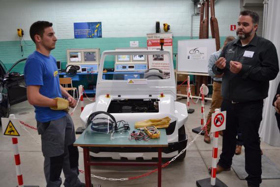 Les véhicules sont équipés de « boites à pannes » programmables, qui permettent l'apprentissage du diagnostic automobile.