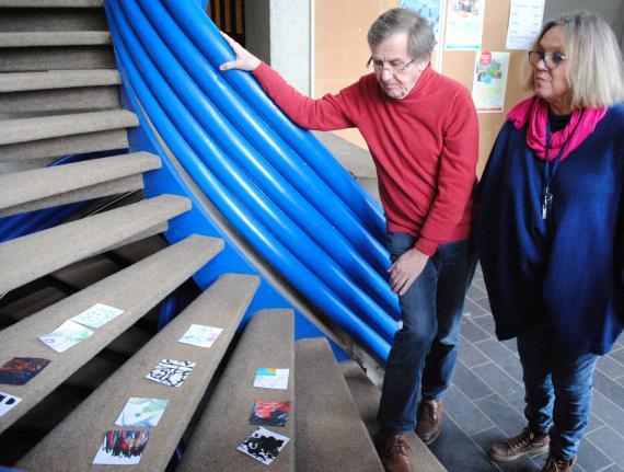 Les participants à l'animation du groupe Arts ont décidé d'exposer leurs productions sur un escalier.