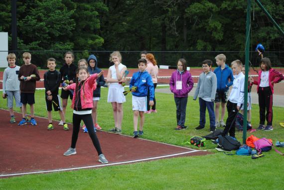 Au Centre Adeps de la Fraineuse à Spa, des élèves s'initient au lancer du javelot.