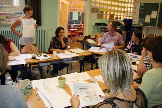 L'équipe éducative, répartie en groupes, s'est basée sur l'outil miroir pour élaborer le diagnostic de l'école.