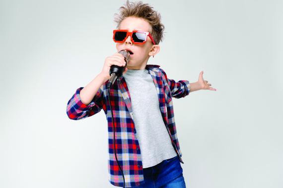 Légende : Souvent, l'élève qui bégaie retrouve une communication fluide lorsqu'il chante, joue la comédie…