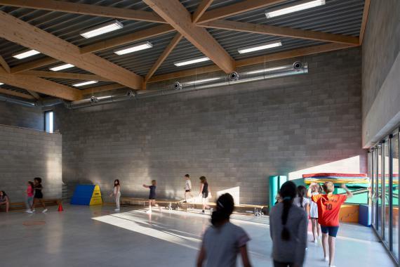 Dans la salle polyvalente de l'École communale du Val, des matériaux absorbants diminuent la résonance.