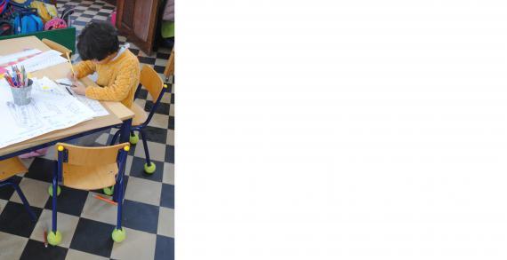 Placer des balles de tennis au pied des chaises réduit les bruits de la classe.