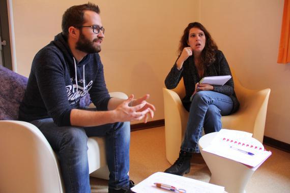 En groupe, les éducateurs ont pris le temps d'analyser des cas vécus.