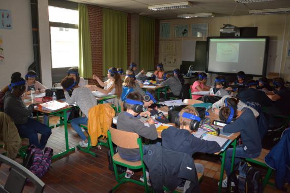 Les élèves écoutent des morceaux musicaux dont les sons ont été filtrés pour stimuler l'oreille.