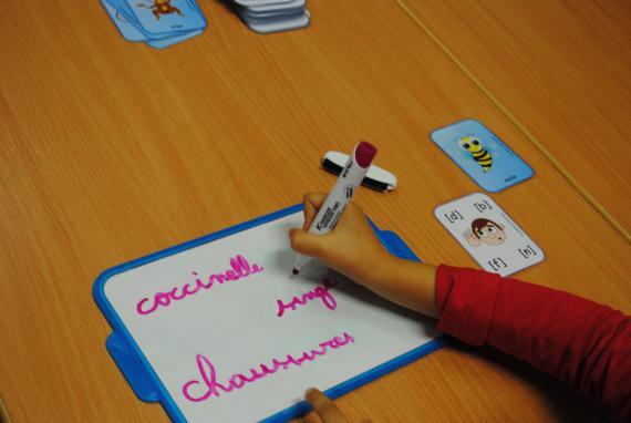 Lors des ateliers quotidiens, les enfants sont répartis en groupes de besoins, homogènes.