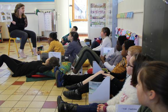 Madelyne Hachez, une des apprenantes du module de formation, expérimente une activité de lecture écriture dans sa 3e-4e primaire à l'École fondamentale communale à Salzinnes.