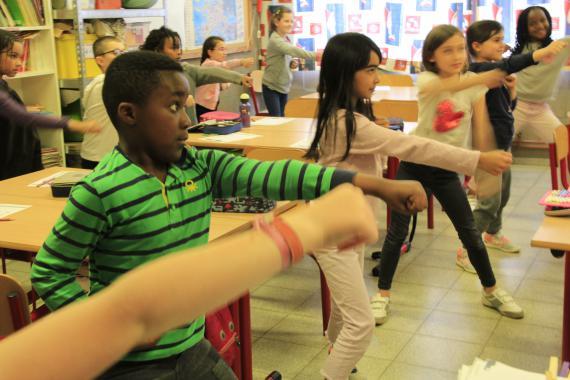 Chaque jour, ces enfants de 3e primaire font entre 3 et 5 minutes d'exercices physiques à un rythme soutenu.
