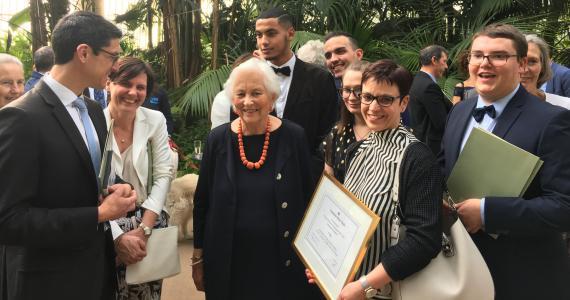 Les lauréats de l'Institut Notre-Dame à Heusy entourent la Reine Paola.