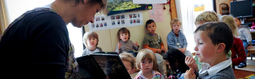 Institutrice primaire dans sa classe avec ses élèves  PROF/FWB/Jean-Michel Clajot