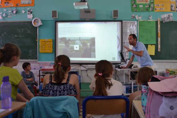 Qui mieux qu'un journaliste (ici Grégory Fobe, de la RTBF) pour expliquer son métier aux élèves ?