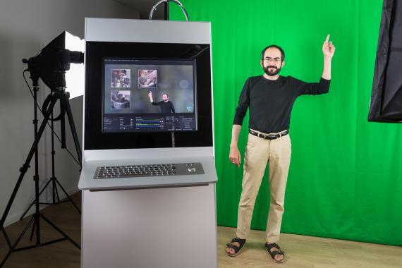 Florian Gallego réalise une capsule vidéo dans le studio du Centre de Ressources pédagogiques.