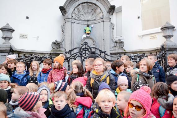 Le 19 novembre, Journée mondiale des toilettes, des écoliers de Cortil-Wodon sont venus témoigner et assister à la remise du costume au Manneken Pis.