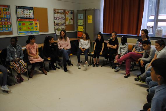 En cercle, élèves et enseignants déposent la parole, le ressenti sur un thème donné