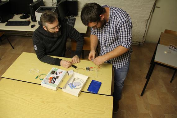Damien Schmit (à droite) et un collègue ouvrent un kit micro:bit.