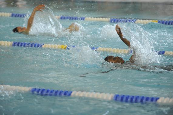 Pour organiser le cours de natation, il faut un accès à une piscine, des moyens (humains et financiers)... et la conviction qu'apprendre à nager est essentiel.