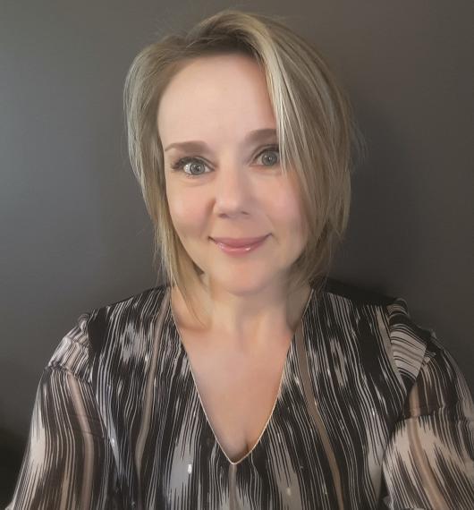 Sophie Peene enseigne au quatrième degré secondaire complémentaire, après avoir exercé le métier d'infirmière, en hôpital puis à domicile.