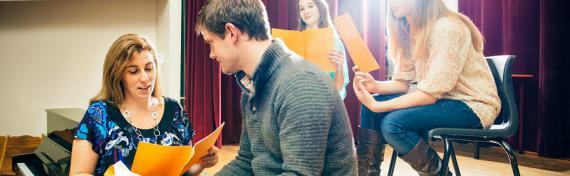Cours de théâtre donné aux élèves dans le cadre des projets de collaboration entre les écoles et des partenaires culturels