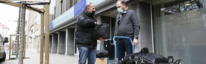 Distribution de pc reconditionnés en promotion sociale : le livreur et le directeur général de l'EPFC, Serge Bressers