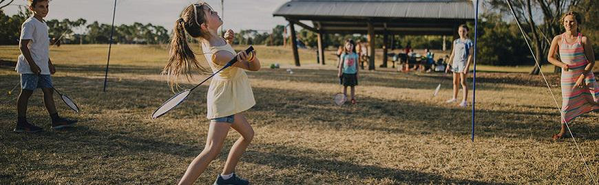 Des enfants jouent au badminton dans le cadre de la semaine européenne du Sport qui met à l'honneur le AirBadminton du 23 au 30 septembre